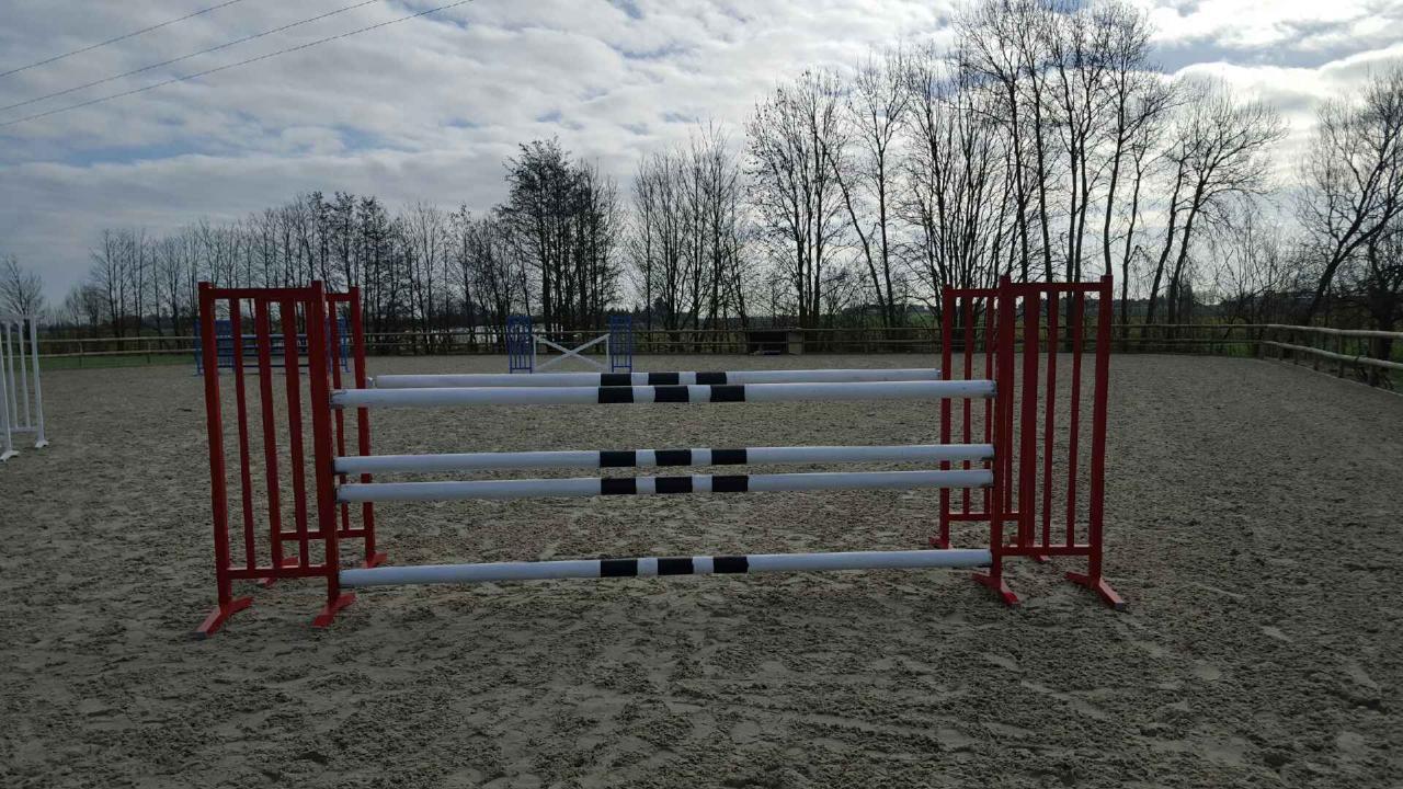obstacle équitation oxer rouge